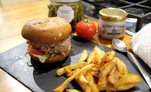 Burger maison et frites fraîches