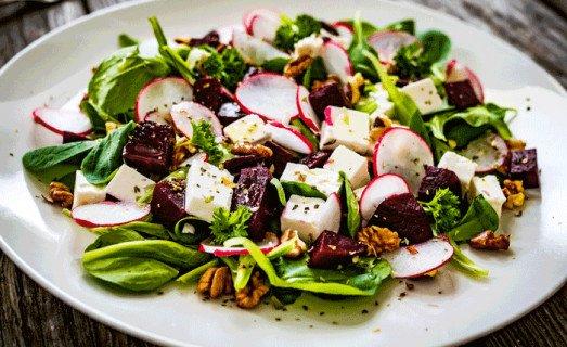 Mesclun de salade, betteraves et féta
