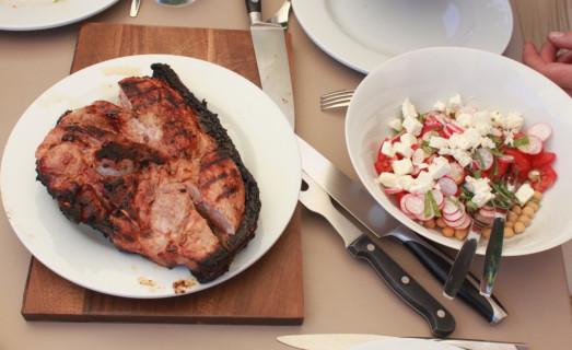 Rouelle de porc marinée, salade de pois chiches et crudités
